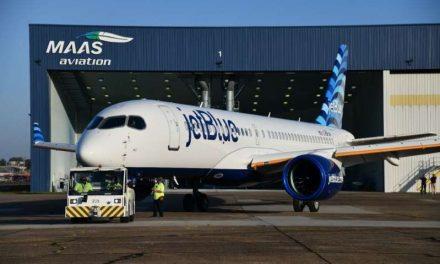 """JetlBlue presume la cola """"Hops"""" de su nuevo Airbus A220-300 para vuelos multidestino"""