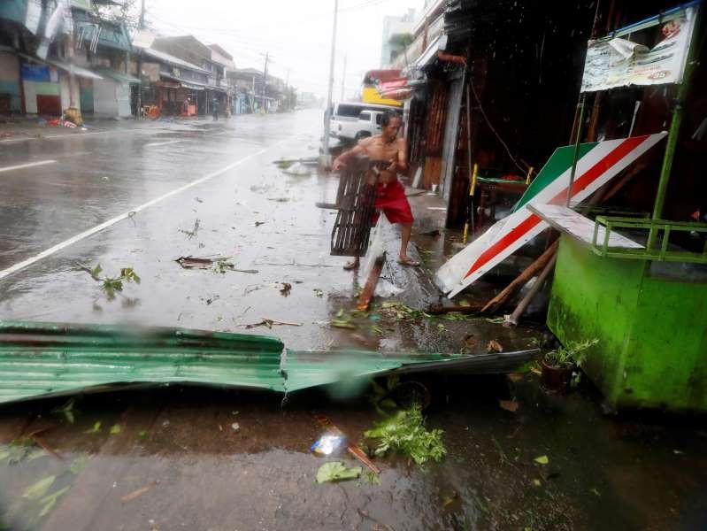 Al menos siete muertos y numerosos daños al paso del tifón Goni en Filipinas