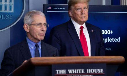 Trump amenaza en un mitin con despedir a Fauci