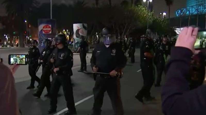 LAPD intenta dispersar multitud cerca del Staples Center; hay varios detenidos
