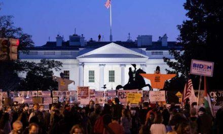 Multitud empieza a congregarse frente a la Casa Blanca por las elecciones