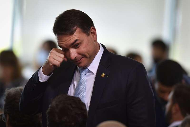 Hijo de Bolsonaro acusado en investigación de lavado de dinero