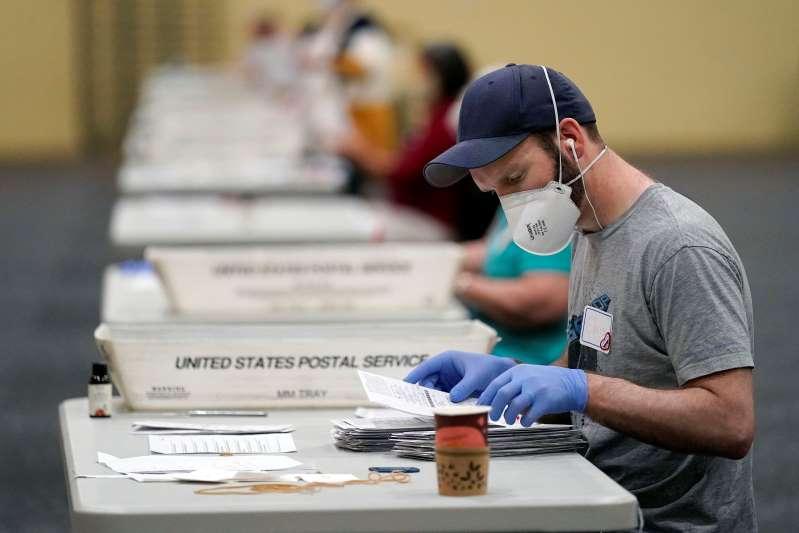 Se apresuran a contar votos en estados clave de EEUU