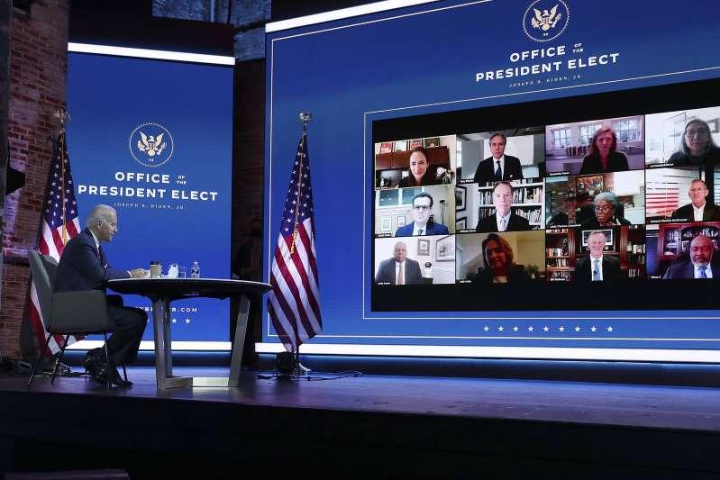 Joe Biden habla con líderes mundiales y expertos en seguridad