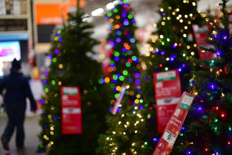 Con todo y pandemia, minoristas buscan desafiar a Amazon y hacerse un lugar en árboles Navidad