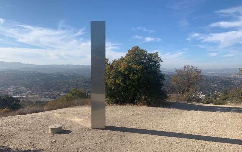 Aparece un tercer monolito en una montaña de California