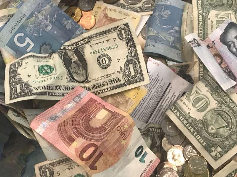 Debilidad del dólar se extenderá al 2021 ante persistente búsqueda de riesgo: Reuters