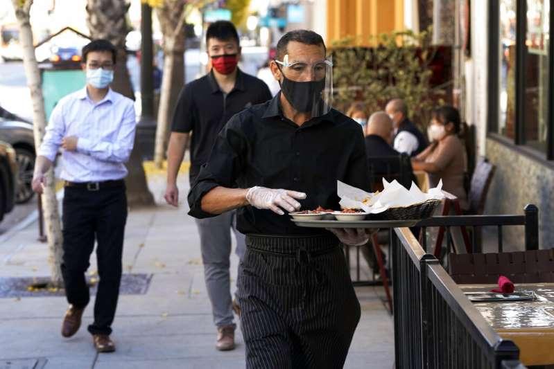 Los Ángeles dará 800 dólares a trabajadores de restaurantes afectados por la pandemia
