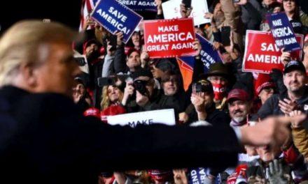 Trump lidera abarrotado acto pese a repunte de contagios