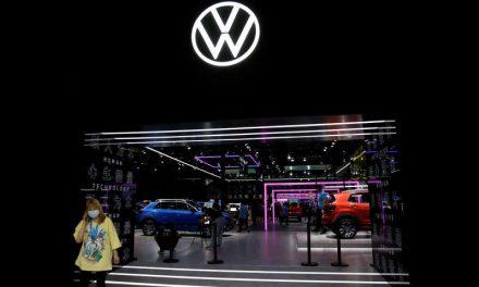La escasez de chips podría frenar la producción de automóviles, según el sector automotríz