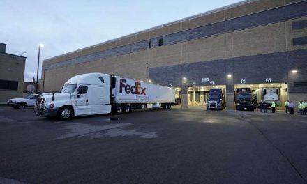 Salen desde Michigan los primeros camiones con la vacuna contra el COVID-19 de Pfizer