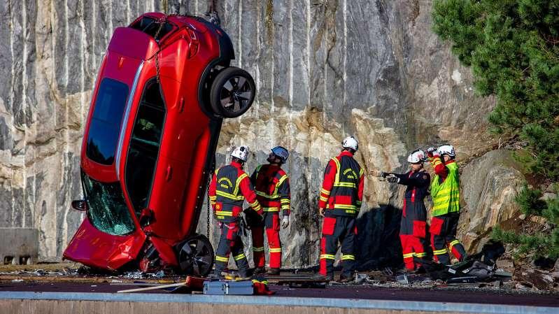 Volvo arroja sus autos desde la altura equivalente a un edificio de 10 pisos