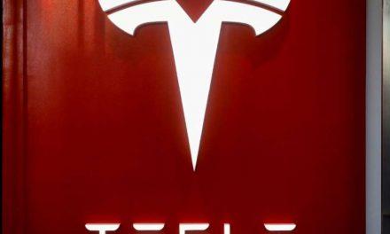 Acciones de Tesla caen con fuerza en debut en S&P 500, retrocediendo desde niveles récord