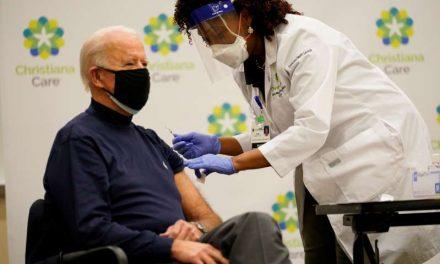 Joe Biden recibe primera dosis de vacuna contra COVID-19