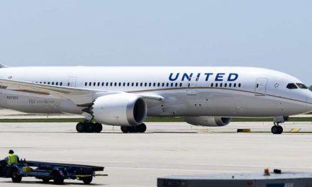 Hombre que murió en pleno vuelo de United Airlines ocultó los síntomas de coronavirus cuando se registró para viajar