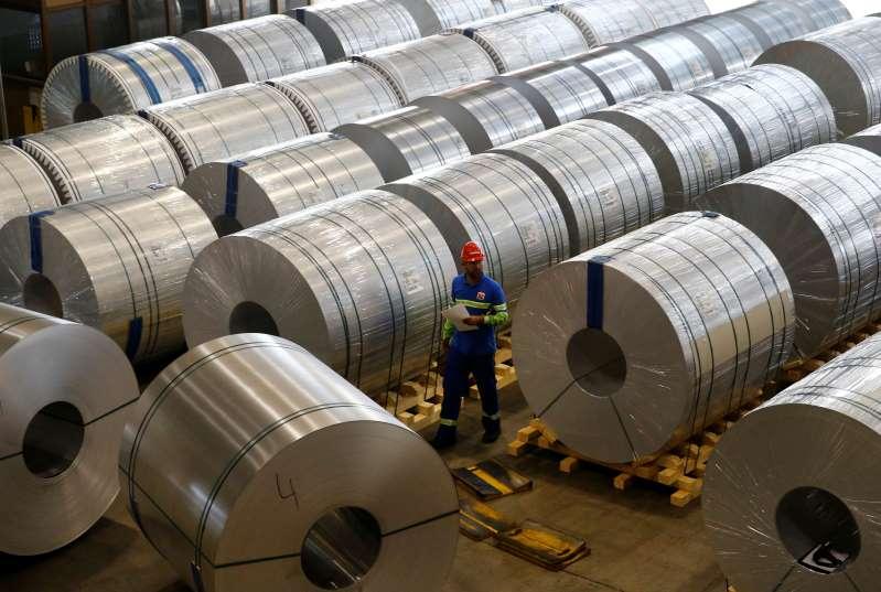 El aluminio se hunde a mínimo de un mes, cobre sube