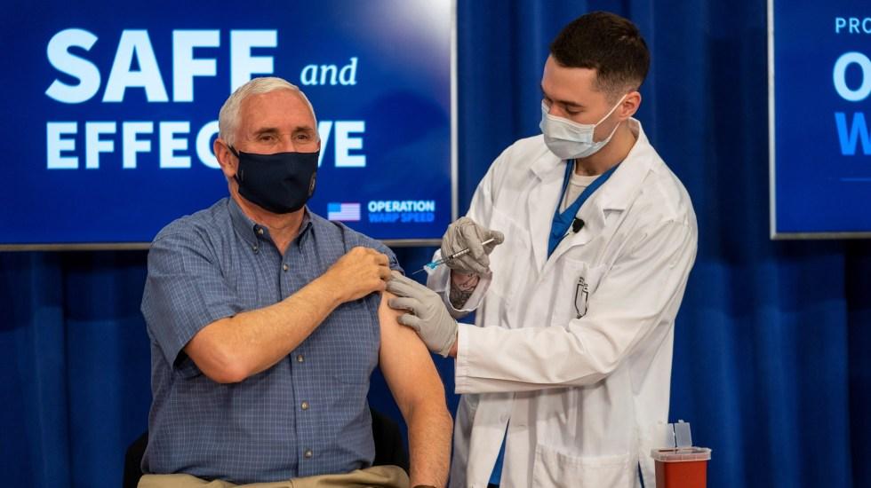 Mike Pence se vacuna contra la Covid-19 en un acto público