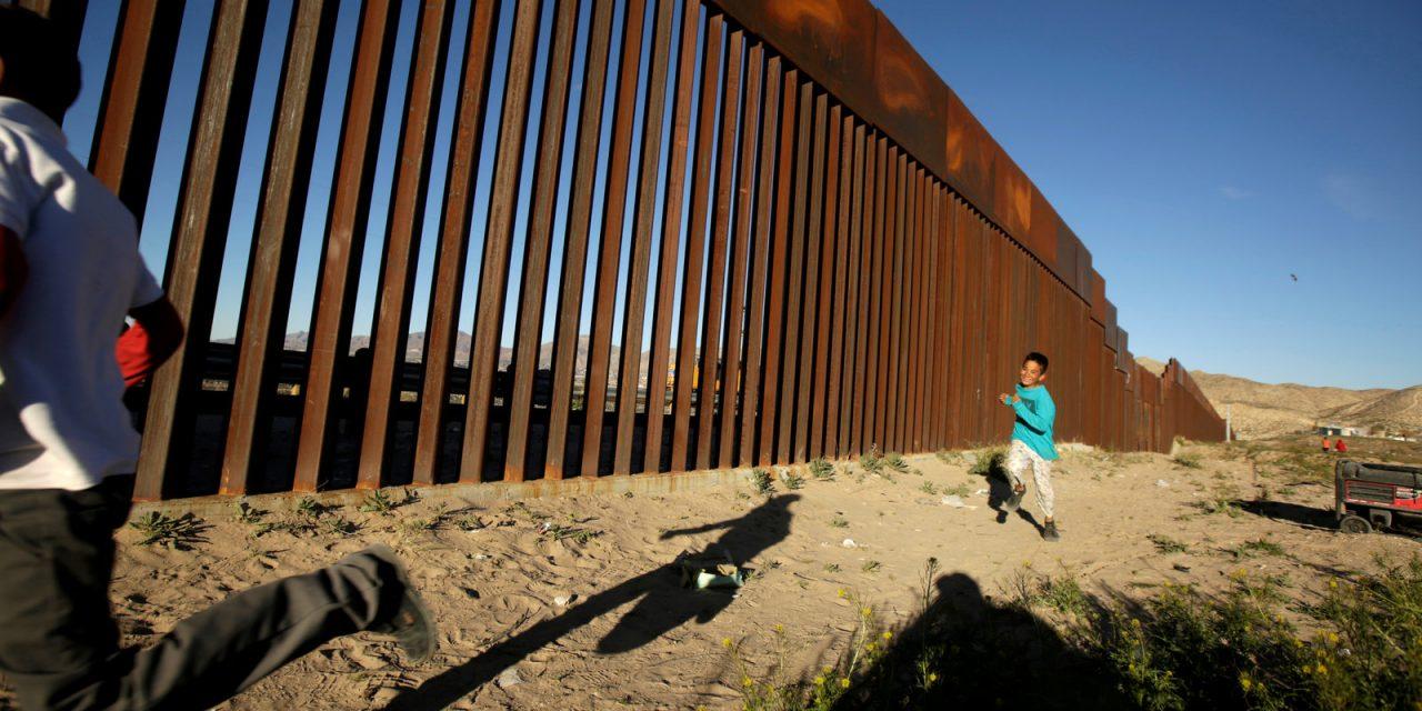 Biden ordena a constructores del muro fronterizo de Trump que dejen de trabajar