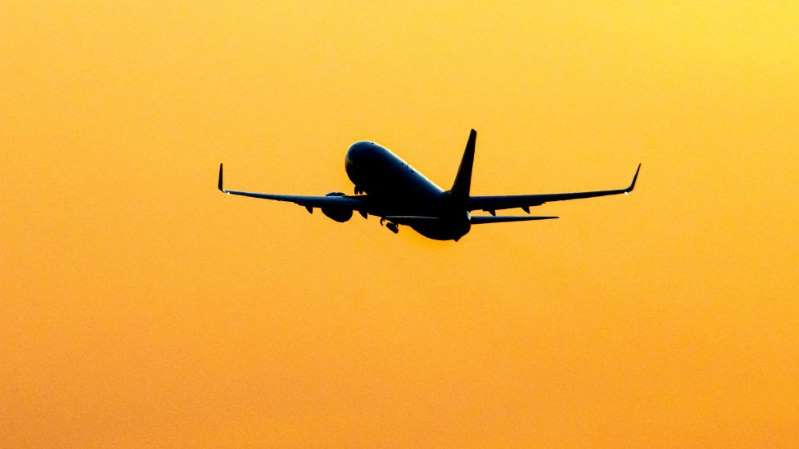 Un avión con cerca de 50 pasajeros a bordo desaparece en Indonesia tras despegar