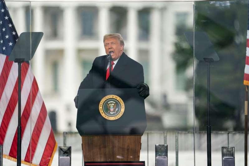 Trump sigue desafiante pese a peticiones de renuncia