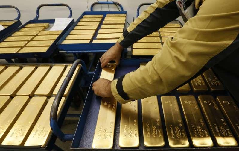 Oro sube desde mínimos de un mes y medio pese a ímpetu del dólar