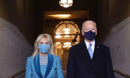 En docenas de órdenes, Biden apunta a cuatro 'crisis convergentes'