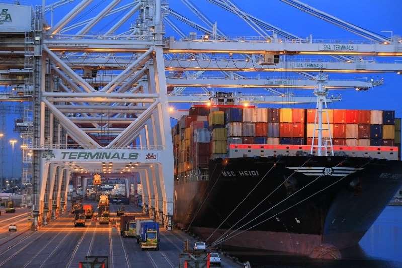 ¿Podría una oleada de COVID-19 provocar el cierre de puertos en L.A.? Los funcionarios piden vacunar a los trabajadores del sector