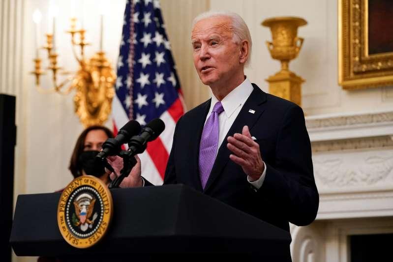 Biden lanza un plan de acción ante la pandemia con 10 órdenes ejecutivas para más vacunas, mascarillas y la reapertura de escuelas