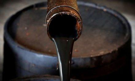 Barril de petróleo sube, con restricciones de suministro en foco tras recortes de Arabia Saudita