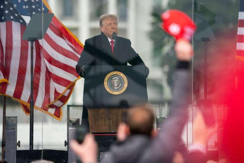 Se rinde Donald Trump. Acepta derrota, afirma que termina su período y promete transición