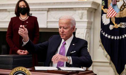 ¡Que lleguen los cheques! Biden se centra en la economía en su tercer día de Gobierno