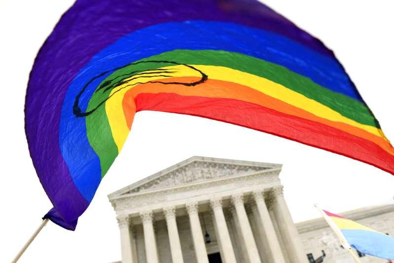 Biden emite una orden ejecutiva que expande las protecciones contra la discriminación de personas LGBTQ