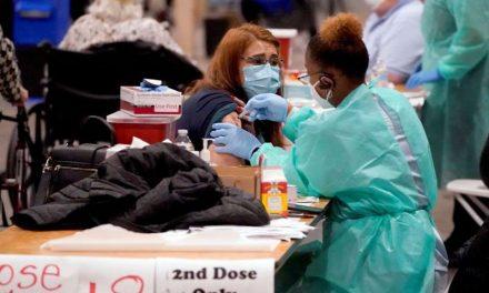 Algunos hospitales en Estados Unidos se quedan sin vacunas contra el COVID-19 y cancelan miles de citas