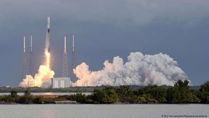 Cohete de SpaceX despliega carga récord de satélites