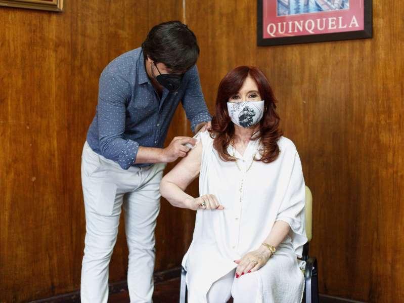Cristina Fernández de Kirchner, vicepresidenta de argentina recibe la primera dosis de la vacuna Sputnik V