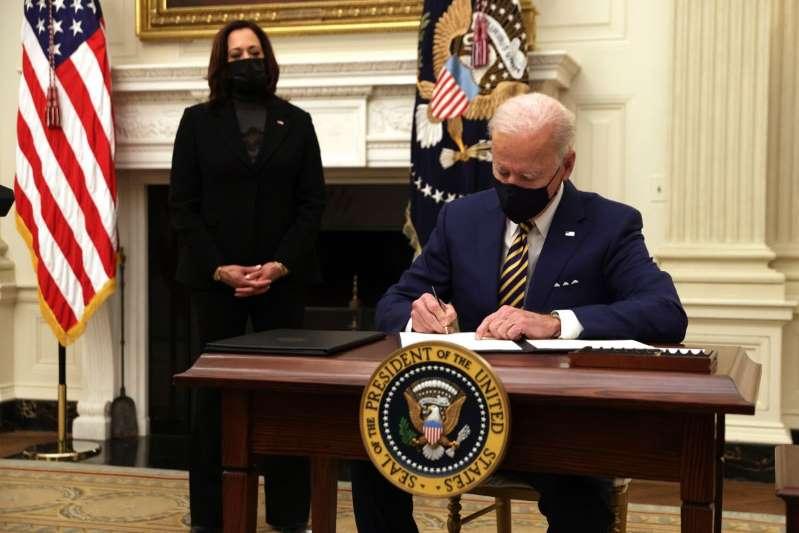 Joe Biden presiona al Congreso para completar ayuda de $2,000 dólares por persona