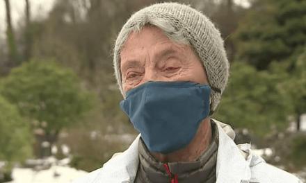 Mujer de Seattle de 90 años camina 6 millas por la nieve para ponerse la vacuna COVID