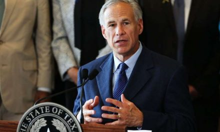 El gobernador de Texas dijo que relajaría restricciones a negocios si las hospitalizaciones por COVID-19 siguen bajando
