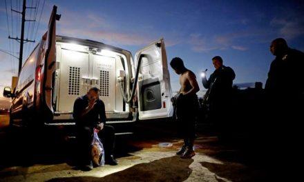 Fiscales salen en auxilio de la orden de Biden de detener las deportaciones