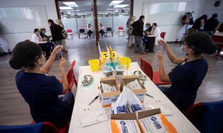 Chile roza los dos millones de vacunados mientras la segunda ola remite