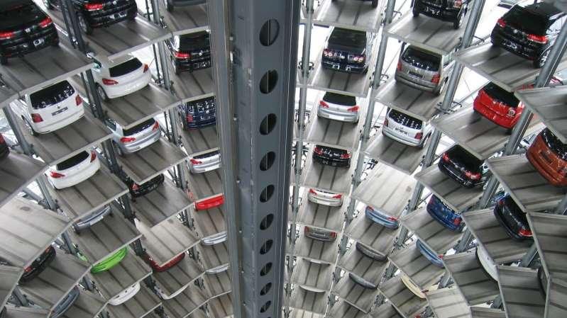 Roban decenas de automóviles nuevos en la planta de Volkswagen en Wolfsburg, Alemania