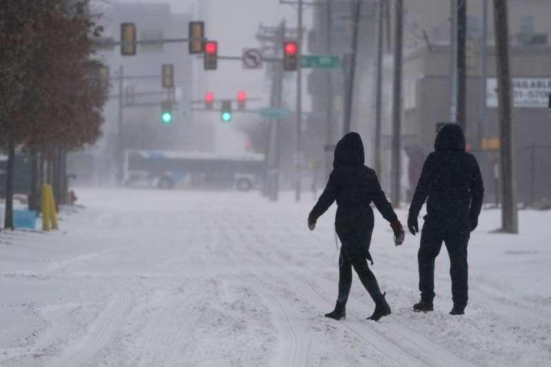 Tormentas y nieve ponen en alerta casi todo el país. Más de 1.8 millones de hogares y negocios se quedan sin luz en Texas