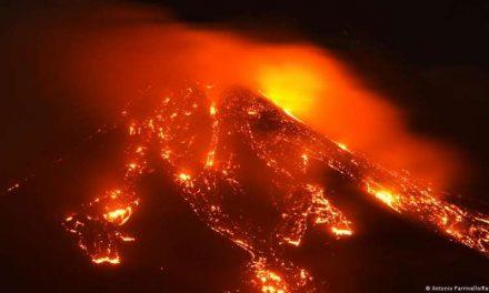 Espectacular erupción del Etna provoca una lluvia de piedras