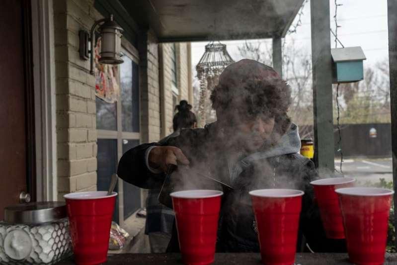 Tormenta invernal avanza al noreste; millones siguen sin luz ni gas y buscan protegerse del frío