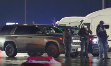 Autoridades de Texas detienen a 50 inmigrantes que viajaban en un camión refrigerado