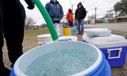 Vuelve la electricidad a Texas, pero falta agua potable
