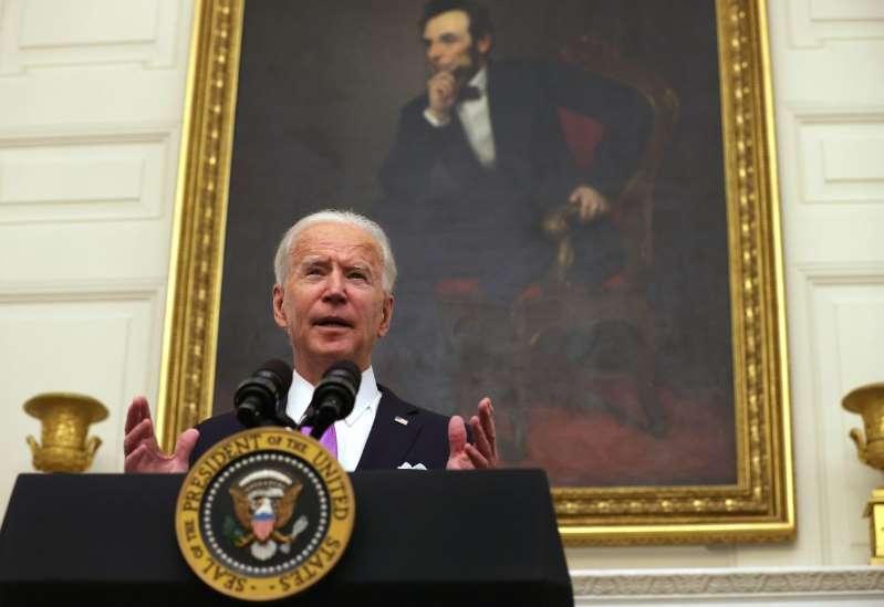 Biden insiste en que su Administración está comprometida en liberar cheques de estímulo de $1,400 lo más pronto posible
