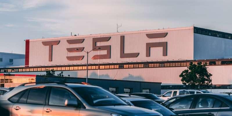 Las pantallas táctiles de los vehículos Tesla S y X pueden fallar y por eso los llama a revisión