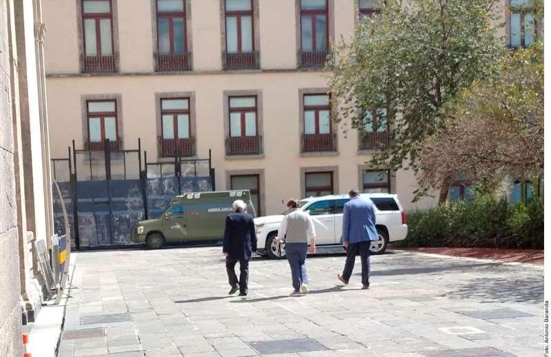 El Infectado presidente de México, López obrador, realiza caminata con cubrebocas puesto