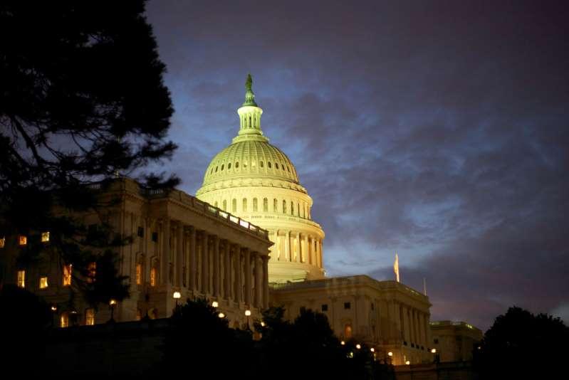 Senado americano aprueba un proyecto de ley de presupuesto y prepara el camino para aprobar el paquete de ayuda económica de Biden